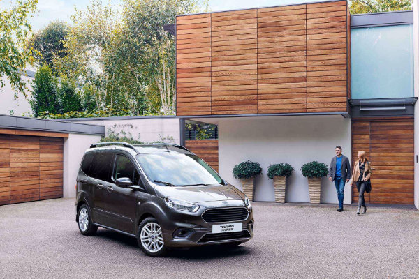 Ford Tourneo Courier thuis geparkeerd