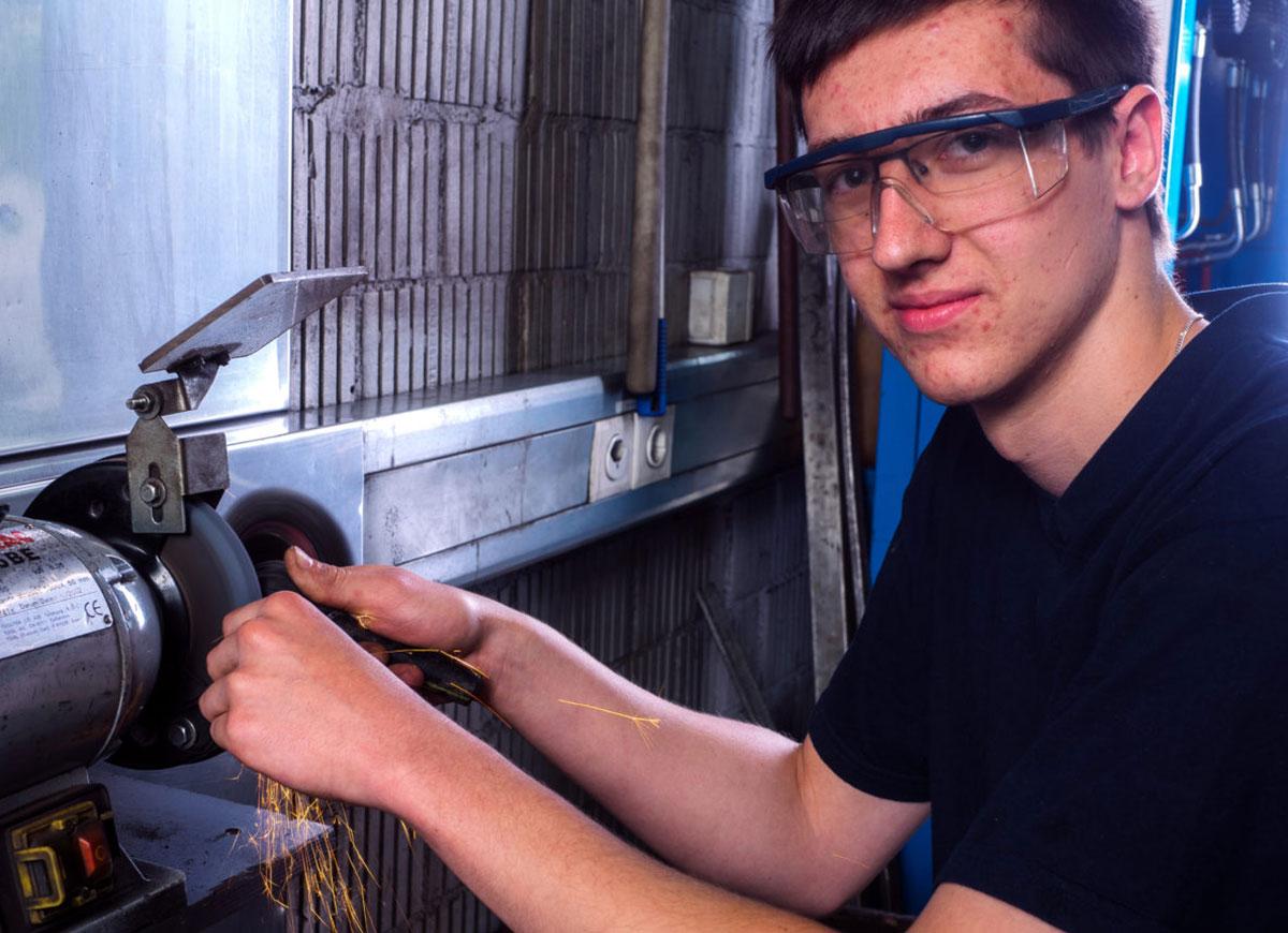 Niclas Möller, Lehrling Automobil-Mechatroniker