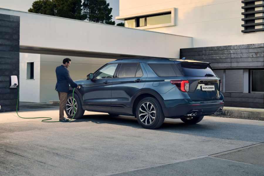 Blauer Ford Explorer Plug-In Hybrid wird geladen