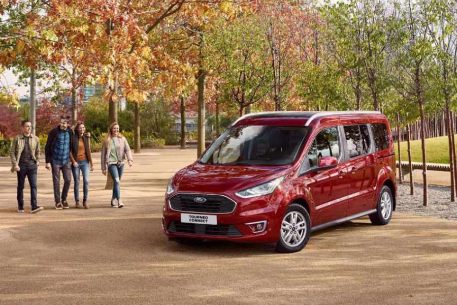 Roter Ford Tourneo Connect im Park