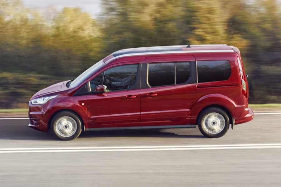 Roter Ford Tourneo Connect in Fahrt