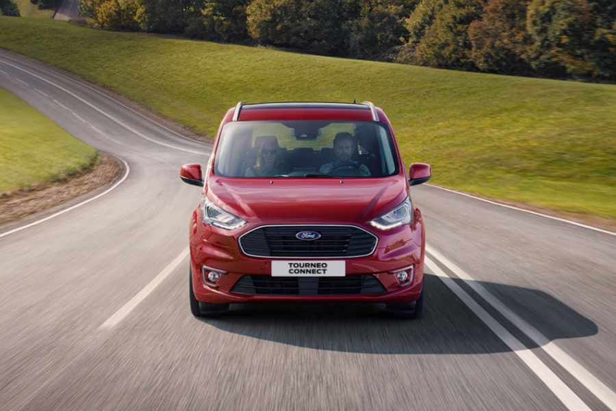Roter Ford Tourneo Connect auf Landstrasse