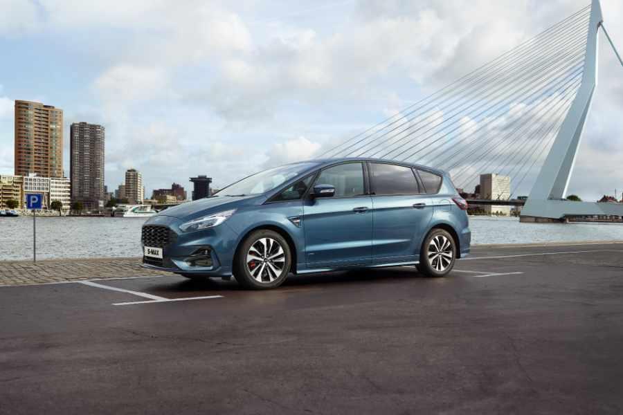 Blauer Ford S-MAX von der Seite