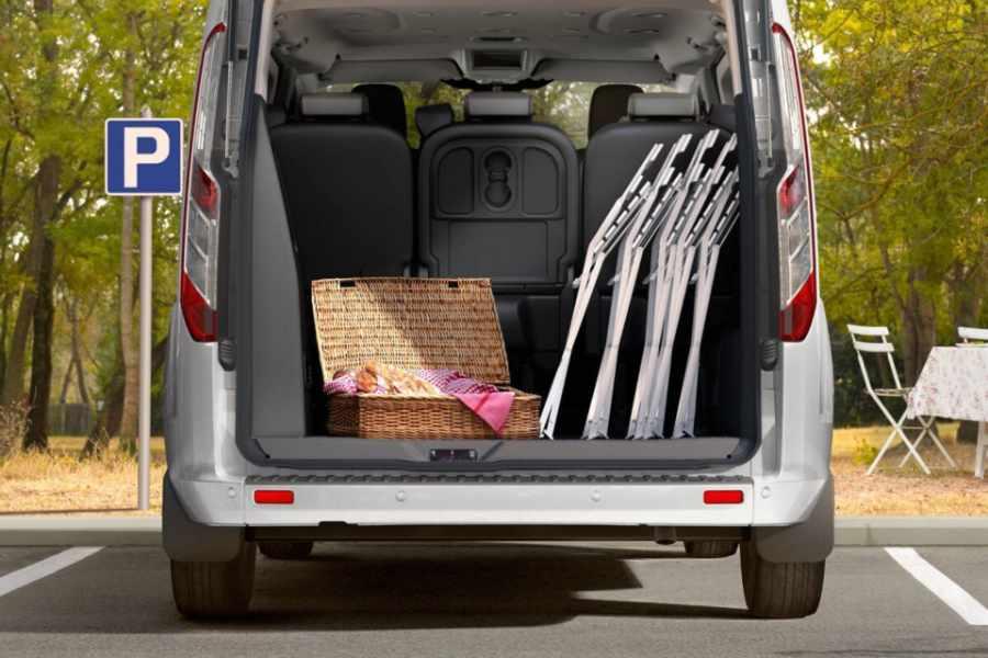 Ford Tourneo Custom Kofferraum mit Klappstühlen im Gepäck
