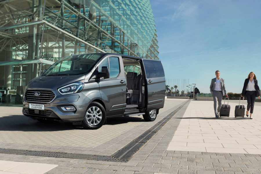 Ford Tourneo Custom Van mit geöffneter Schiebetür