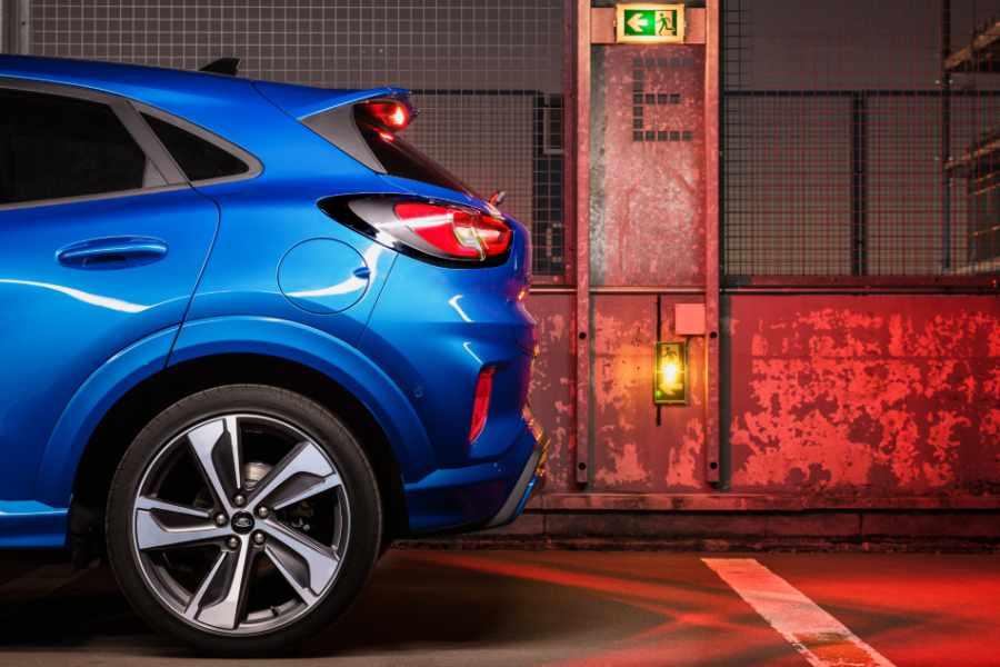 Blauer Ford Puma Rücklichter