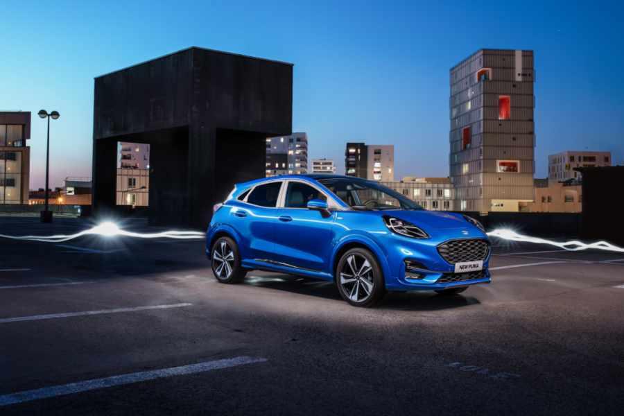Blauer Ford Puma auf Parkhausdach