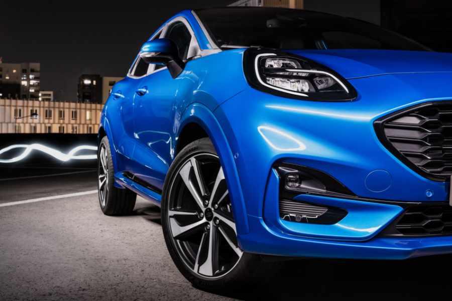 Blauer Ford Puma Frontalansicht