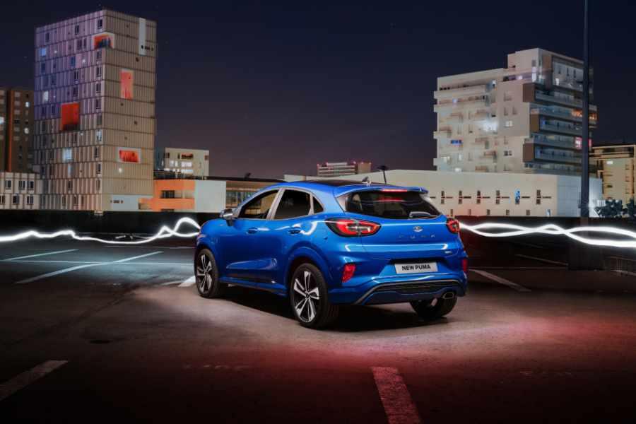 Blauer Ford Puma Rückansicht