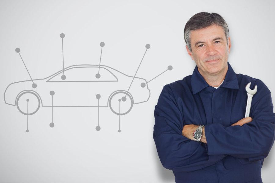 Mechaniker mit Schraubenschlüssel überprüft alle  wichtigen Fahrzeugteile