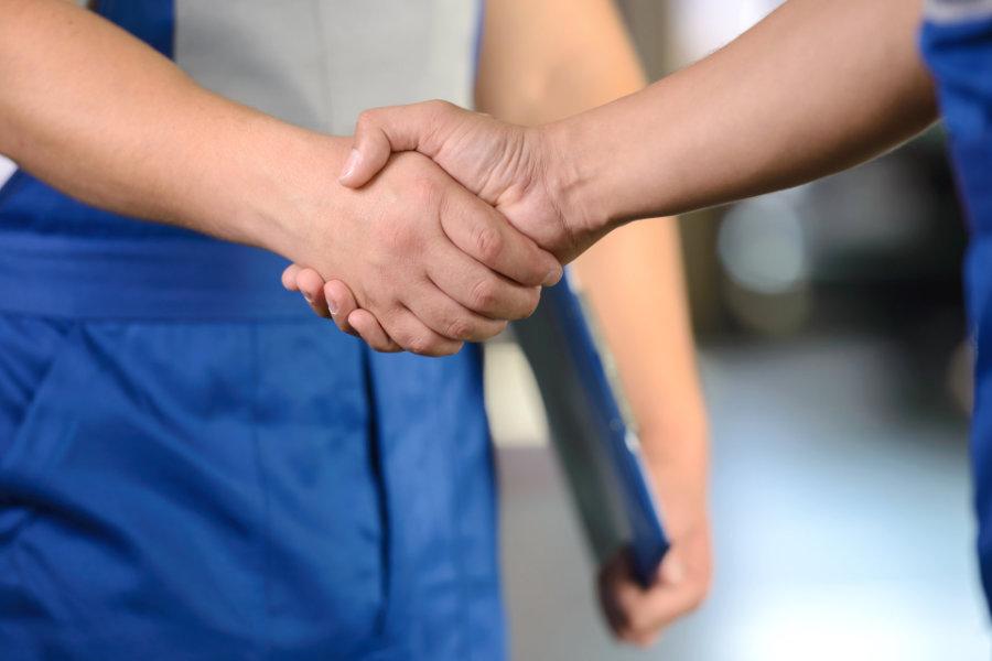 Handschlag in der Werkstatt