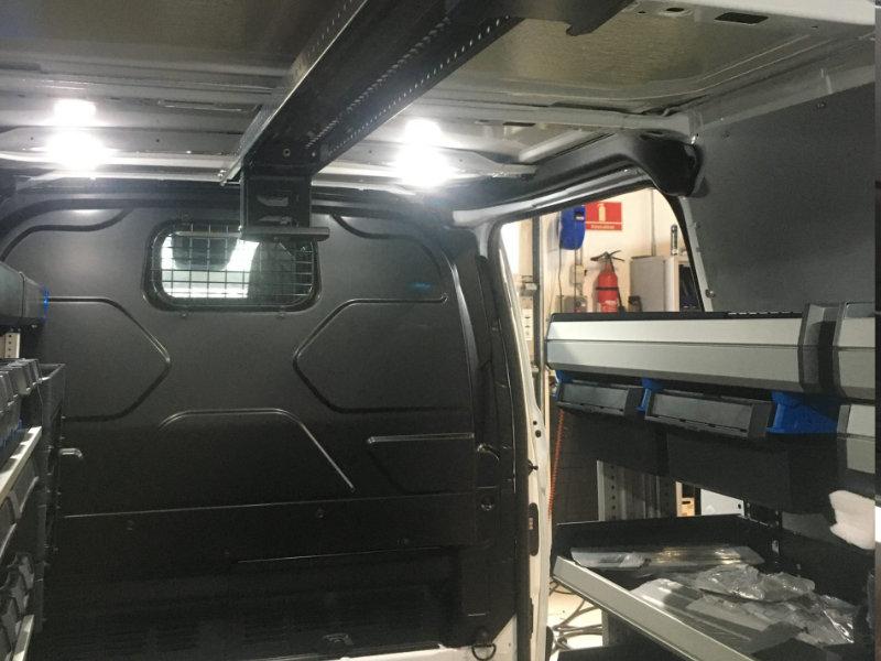 Stigeholder i toppen af varebil