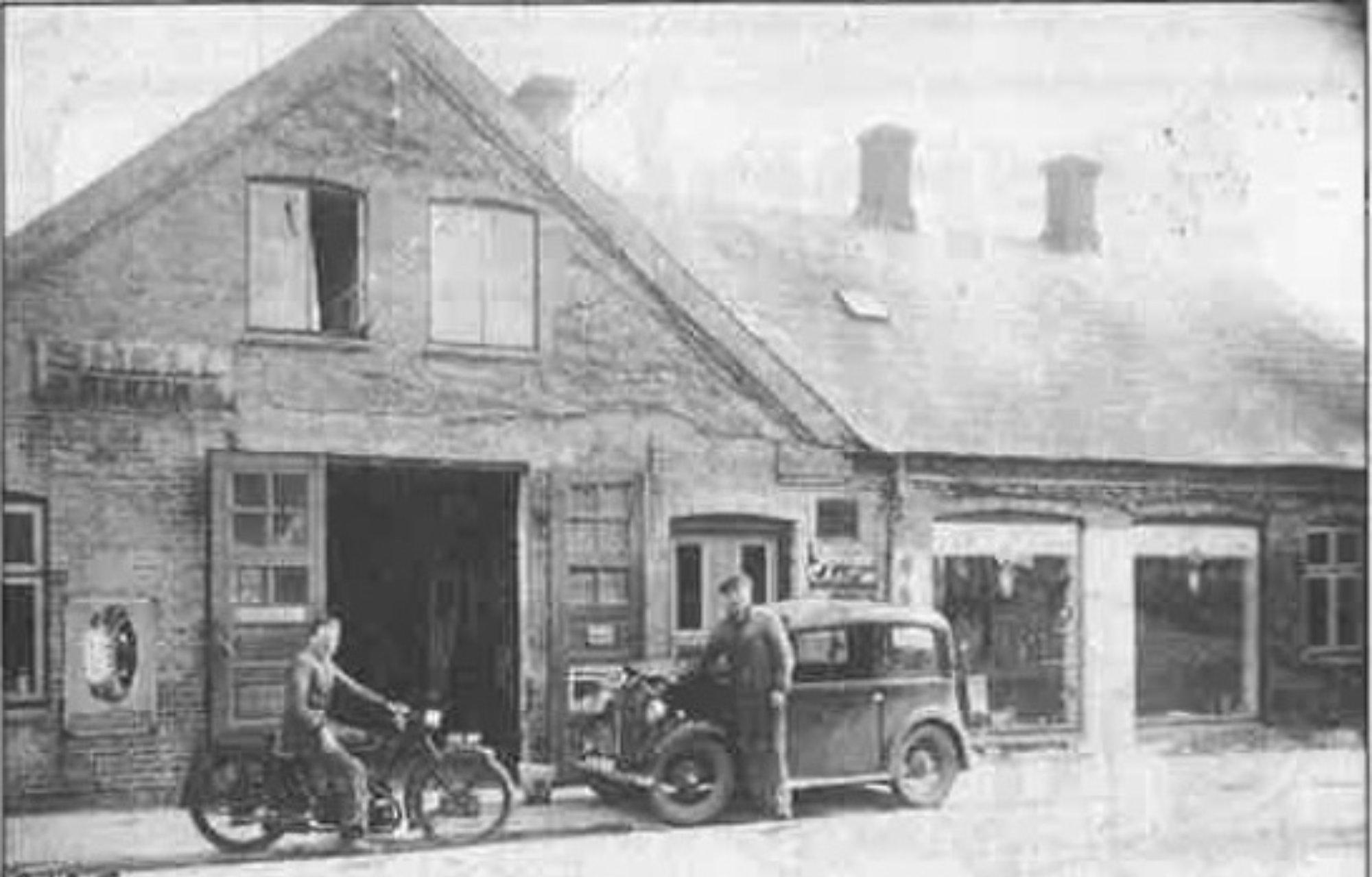 Lægsgaard i Bred, Bredgade 37. Ved bilen Poul Lægsgaard. Ca. år 1946
