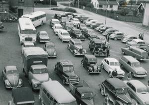 Biler i kø utenfor Shell bensinstasjon i Bergerkrysset